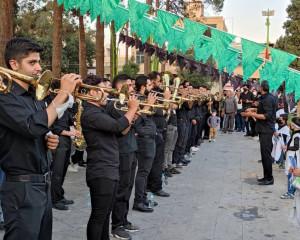 اهتزاز پرچم عزای ابا عبدالله الحسین در روز ملی بزرگداشت شهدای مدافع حرم