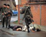 عکسنوشت/ لگد سرباز صرب به زن مسلمان تیر خورده